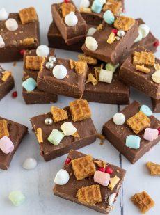 Blokjes chocoladefudge met koffiesmaak en toppings
