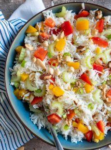 Vegetarische rijstsalade met groenten, fruit en noten