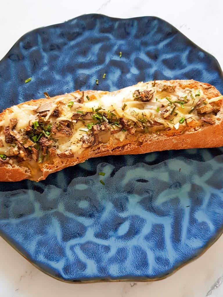 Gevuld stokbrood met ei, champignons en verse kruiden.