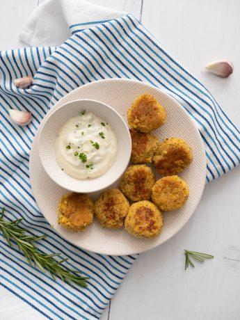 Falafel; platte kikkererwtenballetjes, gebakken en met een frisse knoflooksaus
