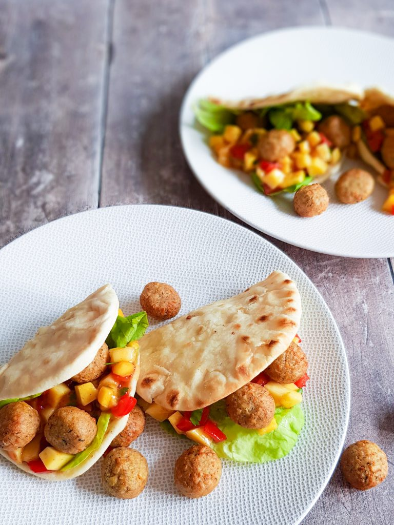 Zacht en luchtig flatbread gevuld met falafel balletjes en een frisse, lichtpittige salsa van mango en tomaat.