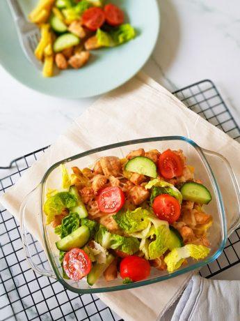 Een gezondere variant van kapsalon. Gemaakt met ovenfriet, kipfilet, sla, tomaat, komkommer en geraspte 30+ kaas.