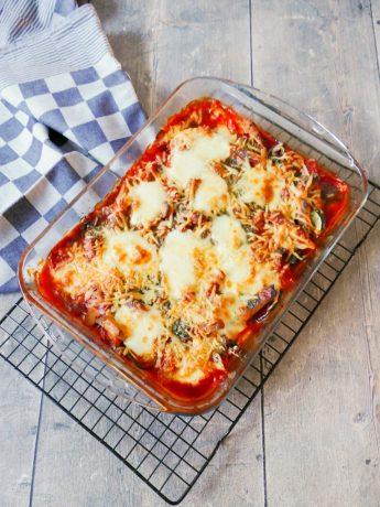 Koolhydraatarme ovenschotel met courgette, paprika, champignons en mozzarella in een kruidige tomatensaus.