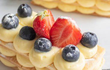 Millefeuilles, drie laagjes bladerdeeg met daartussen banketbakkersroom met bovenop aardbeien en blauwe bessen