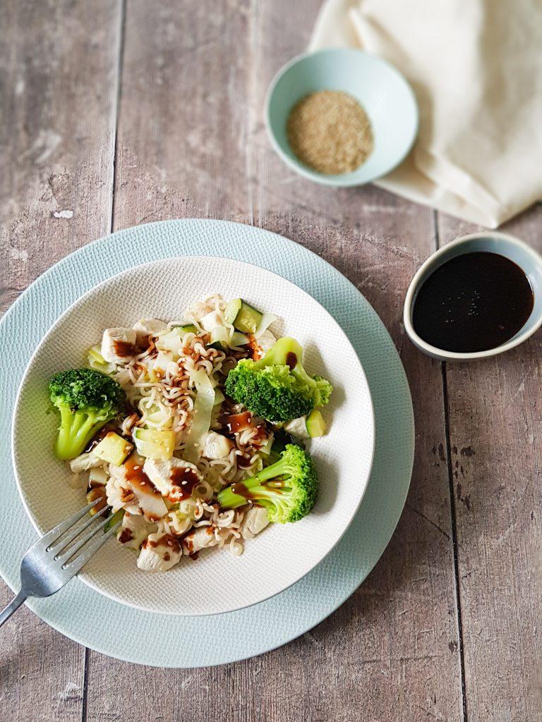 Noedels met kip en groenten. Broccoli, prei, courgette en een heerlijke saus op basis van sojasaus,