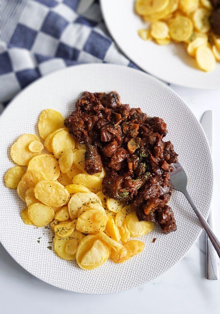 Stoofvlees met bier en stroop met gebakken aardappelschijfjes