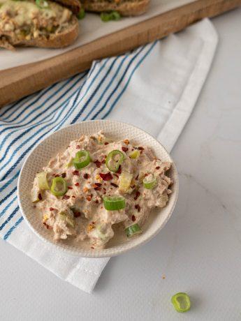 Voor op toastjes of bij een lunch mag een heerlijke tonijnsalade niet ontbreken. De tonijnsalade is gemaakt met tonijn, Griekse yoghurt, mayonaise, paprikapoeder en chilivlokken.