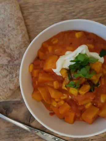 Kruidige vegetarische chili sin carne, gemaakt met bonen, maïs, mango, knoflook en tomatenblokjes. Geserveerd met volkoren tortilla wraps.