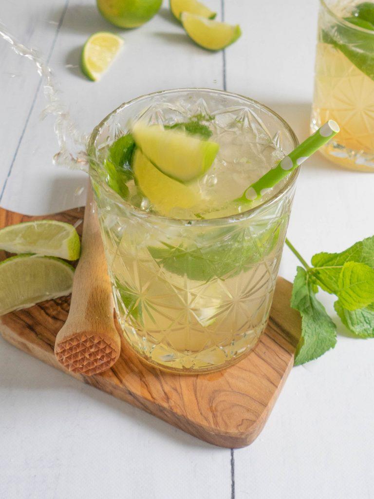Een heerlijke alcoholvrije mojito met munt, limoen en ijs. Heerlijk op een warme zomerdag!