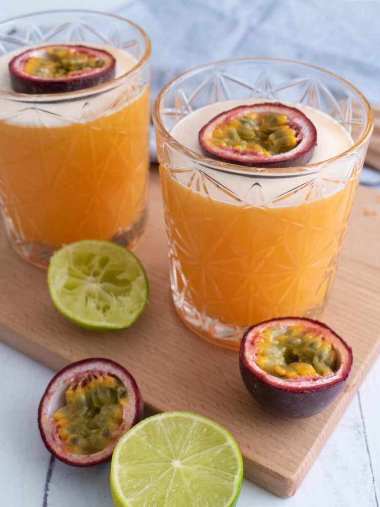 Alcoholvrije passievrucht cocktail met passievrucht, tropisch sap, water, limoensap, vanillesuiker en ijs