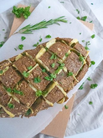 Borrelbrood uit de oven, gevuld met kaas en verse kruiden.