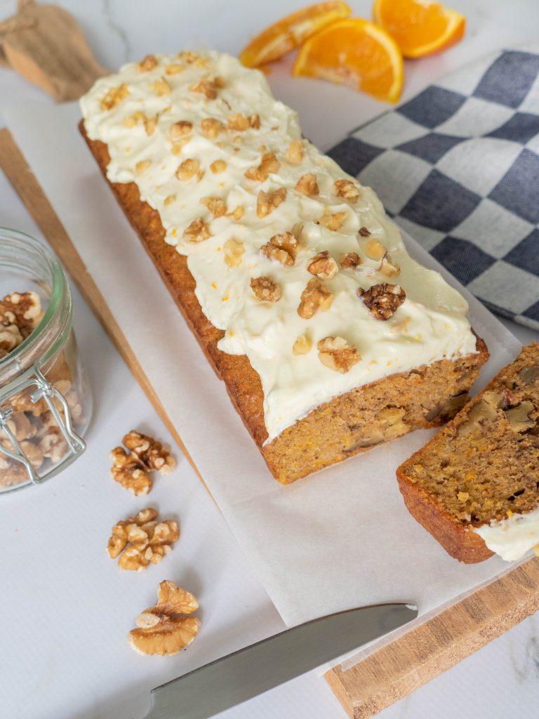 Carrot cake, een luchtige cake met wortels en walnoten en de smaak van kaneel. De frosting is gemaakt van mascarpone, poedersuiker en sinaasappelrasp.