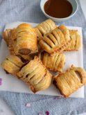 Mini frikandelbroodjes, gemaakt van bladerdeeg oven frikandellen, curry en ui. Heerlijk als snack of voor bij een borrel!