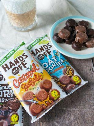 Hands off my chocolate, de vegan repen met een kop koffie erbij