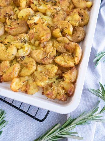 Krokante geplette krieltjes uit de oven , gekruid met rozemarijn, zeezout en vadouvan.