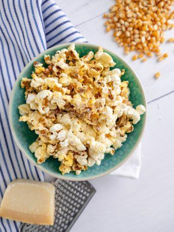 Kaaspopcorn, verse gepofte maïs met de smaak van geraspte Parmezaanse kaas. Heerlijk als snack tijdens een filmavond of borrel.