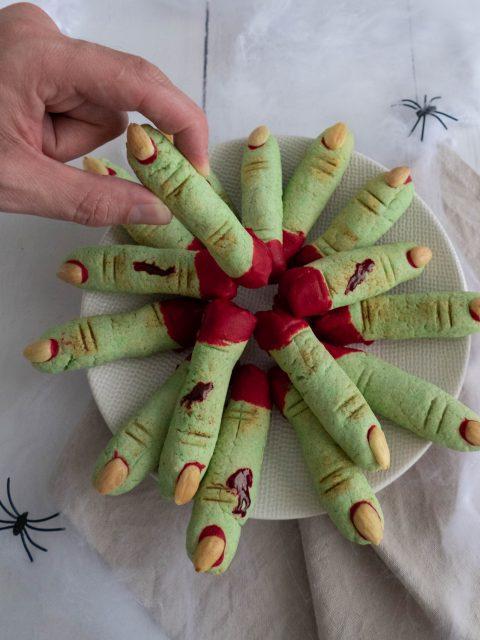 Heksenvingers, brosse Halloween koekjes in de vorm van een heksenvinger