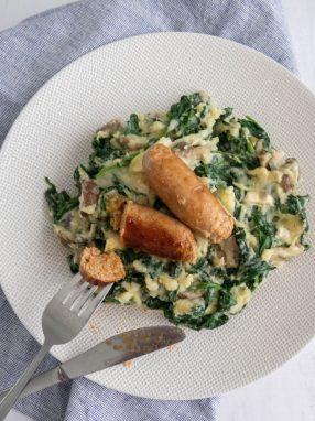 Spinaziestamppot. Een lekker lichte stamppot met spinazie, champignons, blauwe kaas en Catalaanse worstjes